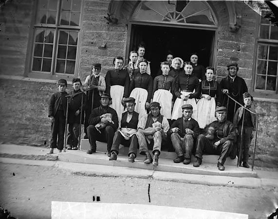 [Owain Glyndwr Hotel servants, Corwen (1871)]