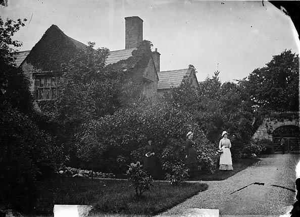 [Vaynol Hall garden, Pentir (Caern)]