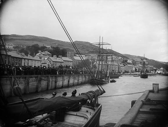 [Crowds on shore at Aberdyfi watching the regatta]