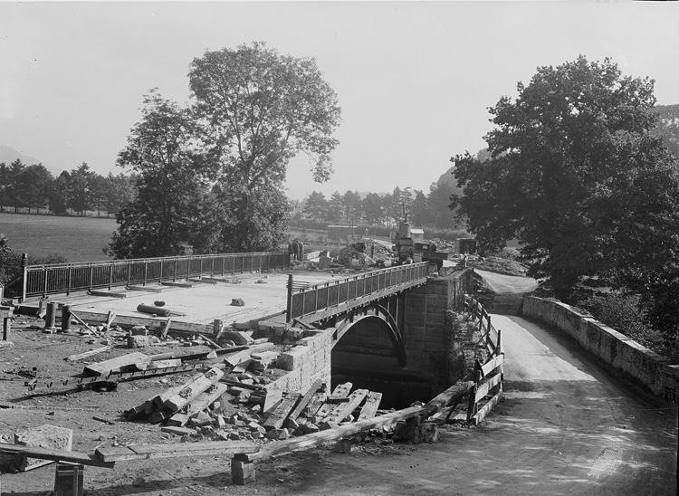 [Construction of the new Irfon bridge with the old bridge alongside]