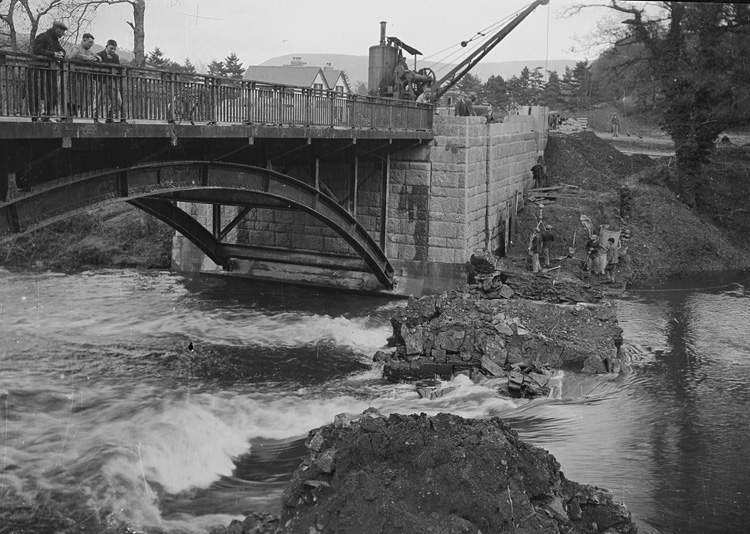 [Demolition of the old Irfon bridge and the construction of the new bridge, Builth Wells]