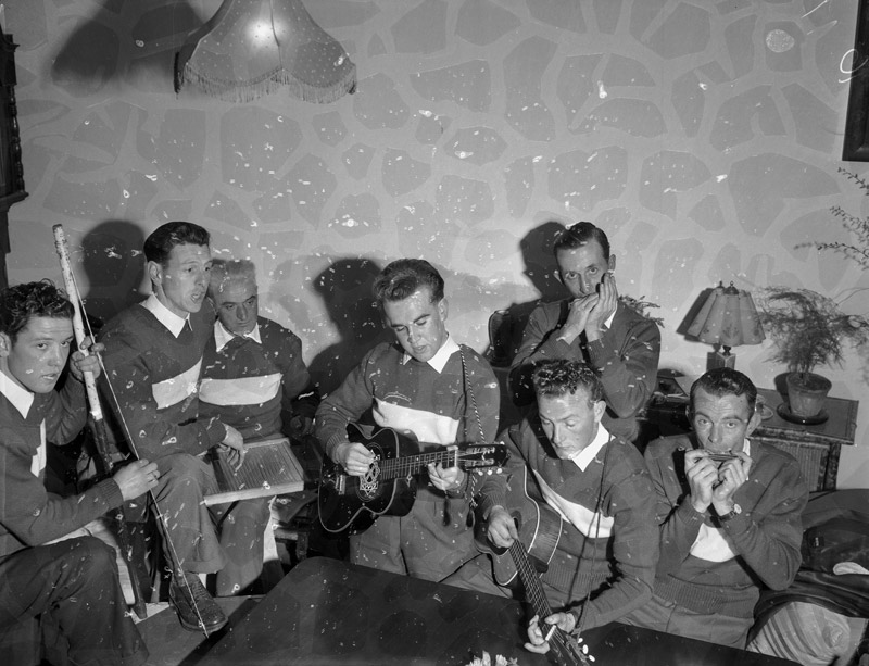 [Llandegai skiffle group]