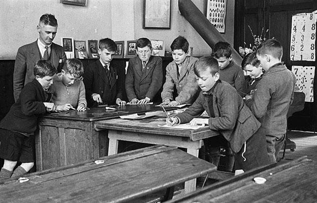 [Llanfair Caereinion schoolboys engaged in lino-cutting]