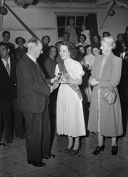 [The Frankwell Bowls Club Queen presenting prizes]