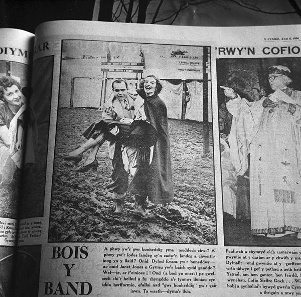 """[Llun o rifyn Eisteddfod Genedlaethol 1954, Ystradgynlais, o'r """"Cymro"""", Awst 6, 1954]"""