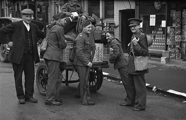 [Royal Welch Fusiliers Territorials leave Newtown]