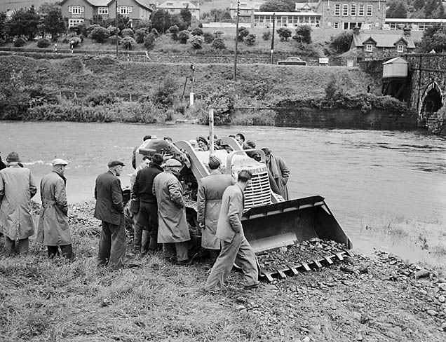 [Bowmakers demonstration at Dolgellau - clearing the bed of River Wnion for the Gwynedd River Board]