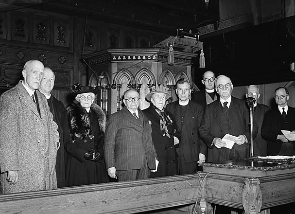 [Presenting Gee medals in the North Wales Evangelical Church Union meeting]
