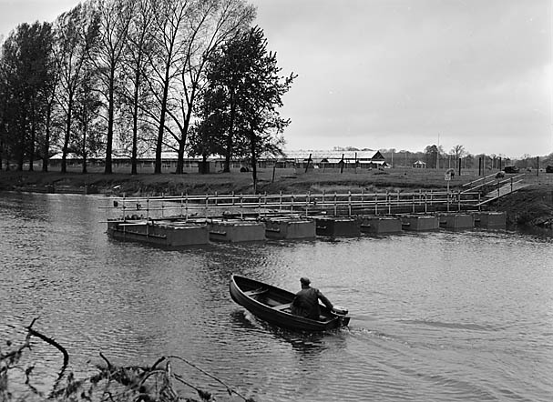 [Pontoon bridge across the Severn at Shrewsbury]