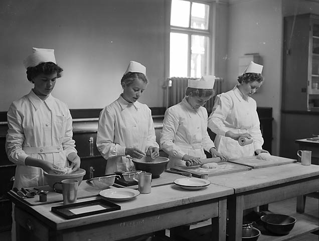 [Domestic Science students in the kitchens of Radbrook College]