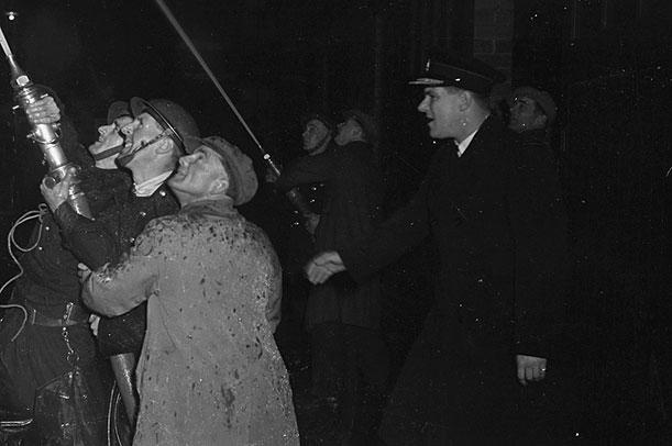 [Drews Bottling Works fire at Oswestry, December 1948]