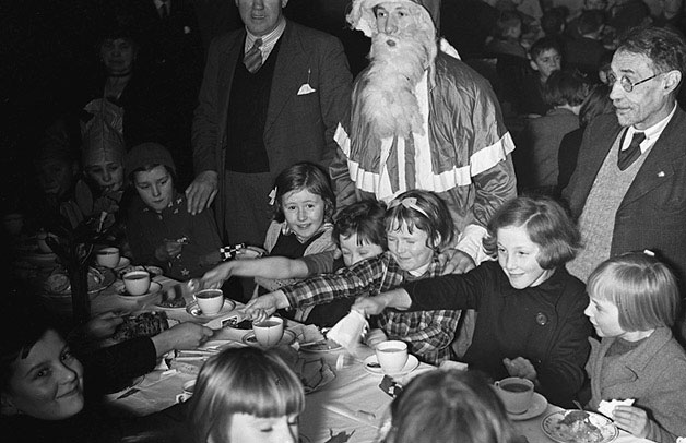 [Christmas party for evacuees and children in Llanidloes]