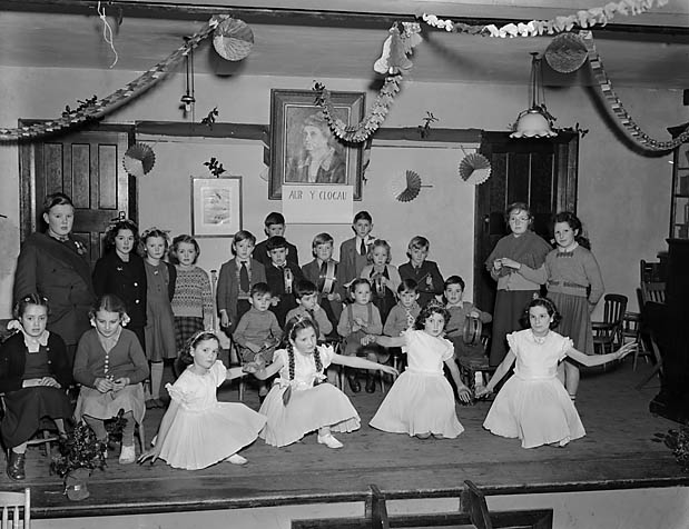 "[Pupils of Bontddu Junior School performing the operetta, ""Aur y Clogau""]"