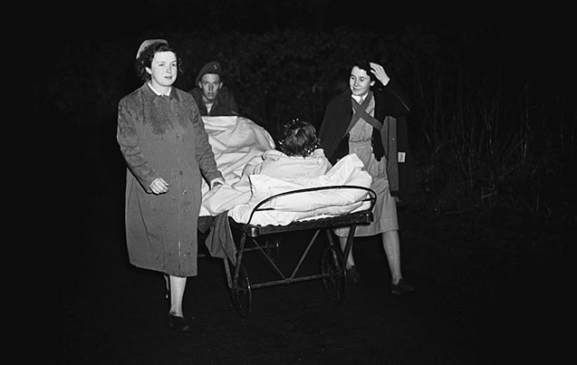 [Fire at Gobowen Orthopaedic Hospital, Tuesday 27 January 1948, and patients being moved to safety]