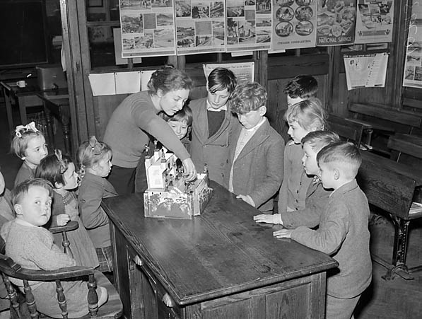 "[Children at Bronaber School, Trawsfynydd, and the staff of ""Mona Cafe"", Bronaber]"