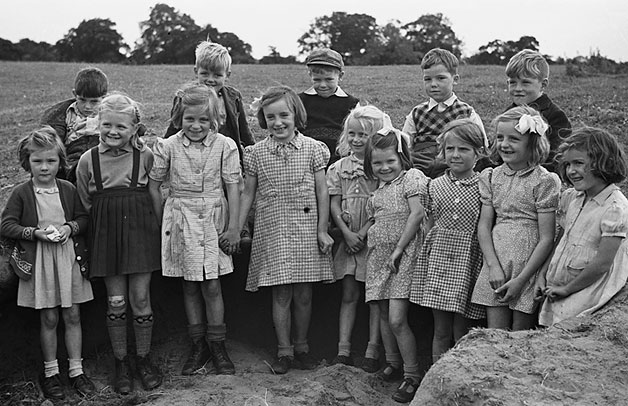 [Unidentified children's outing]