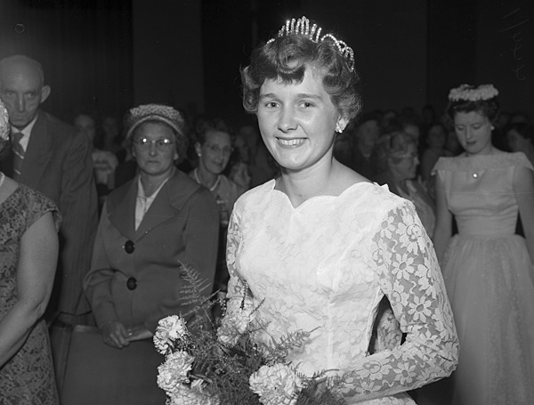[Helen O'Shea Morgan being crowned Porthmadog Holiday Queen]