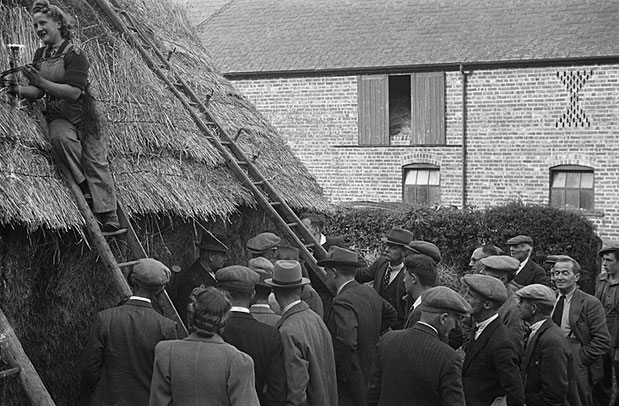 [Women's Land Army thatching demonstration at Gwernygo]