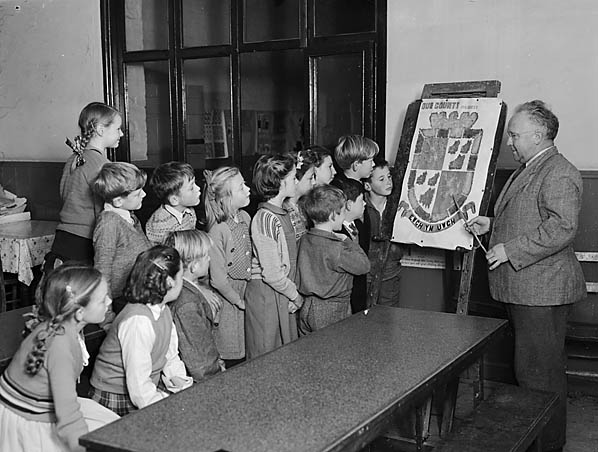 [Howey schoolchildren with their coat of arms]